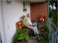 Zwei Senioren auf dem Balkon©Gemeinde Schwanewede